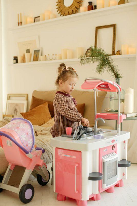 Zabawa w gotowanie czyli jak wybrać zabawkową kuchnię dla dziecka?
