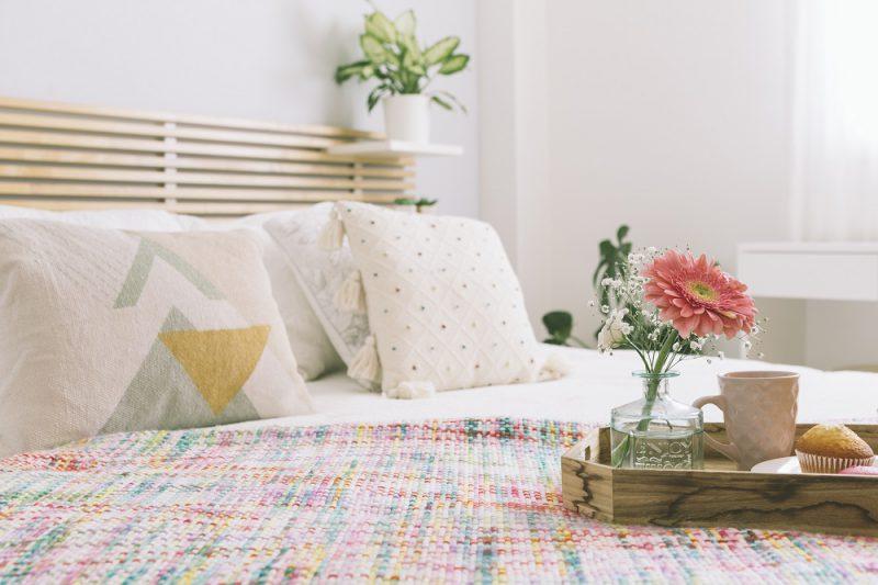 Proste triki na zmianę wyglądu sypialni